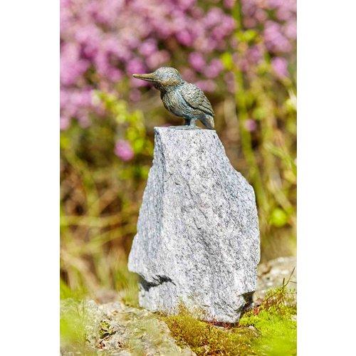 Bronzen ijsvogel op granieten punt