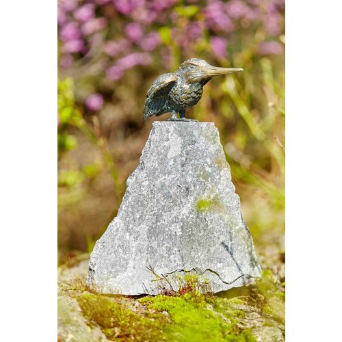 Bronzen ijsvogel op granieten punt groot