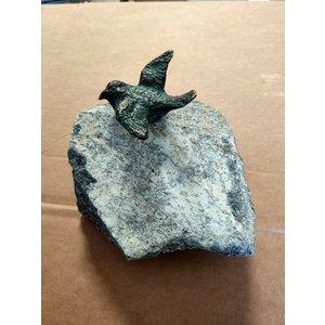Bronzen vogel gespreide vleugels op  steen