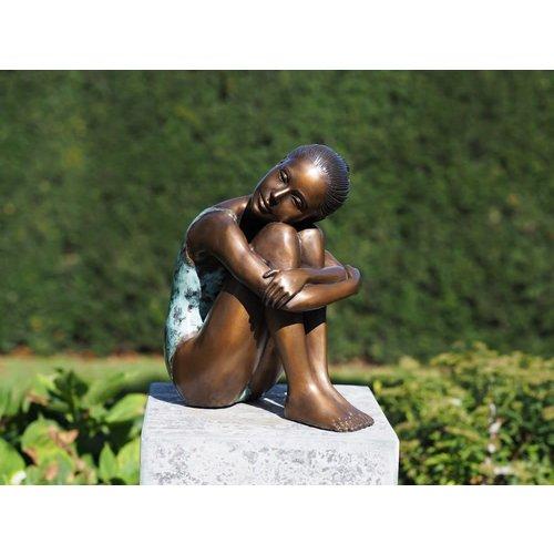 Bronzen dromend meisje