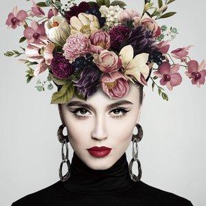 Glasdruck Frau mit Blumen