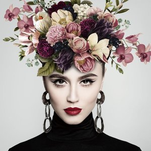 Glasschilderij Vrouw met bloemen