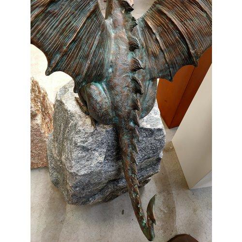 Draak op rots brons spuitfiguur XXL