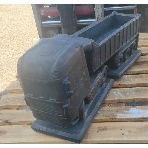 Betonnen Daf met trailer als bloembak bronskleur