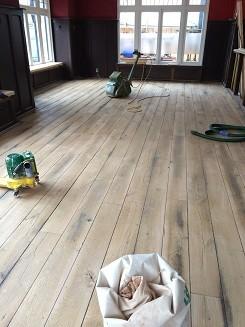 Grand Cafe Brand & Van Zanten (voorheen De Reiziger) in Driebergen, bestaande houten vloer schuren en oliën en bargedeelte voorzien van een nieuwe eiken houten vloer (3)
