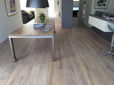 Bestaande houten vloer schuren en oliën en voorzien van een nieuwe laag olie in Harderwijk