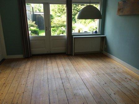 Bestaande vergeelde grenen vloer van achterkamer geschuurd en gelakt in Driebergen