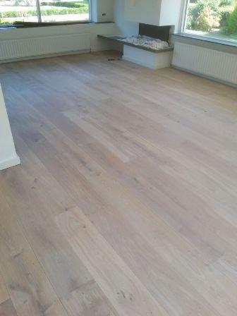 Mooie whitewash plankenvloer van 24 cm breed geleverd in Drachten