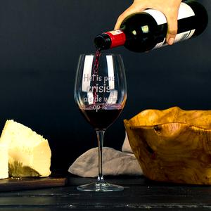 Rode wijnglas met gravering