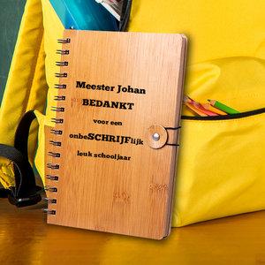 Gegraveerd notitieboek met tekst en illustratie