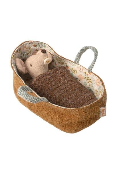 Baby muis in reiswieg