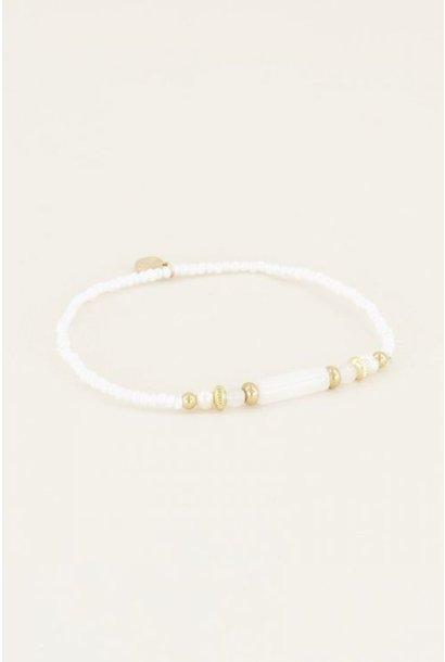 Armbandje met witte kralen goud