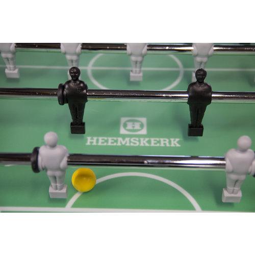 De Soccer School heeft de officiële afmetingen en hoogtes van een professionele voetbaltafel, maar dan zonder muntinworp.