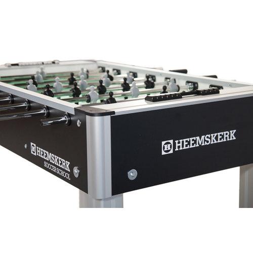 Heemskerk De Soccer School heeft de officiële afmetingen en hoogtes van een professionele voetbaltafel, maar dan zonder muntinworp.