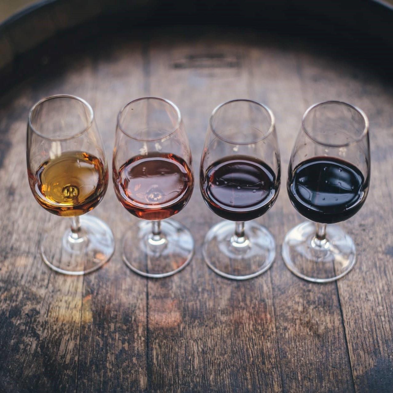 Ton met 4 gevulde wijnglazen