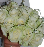 Witte rozen en speelse bogen met parels