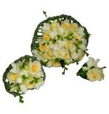 Cremé rozen en witte freesia's
