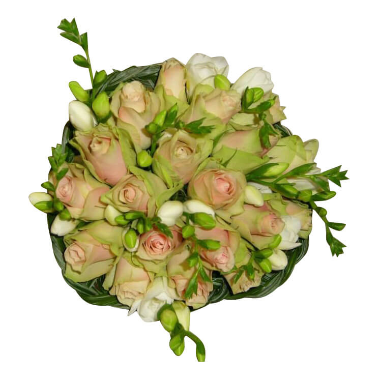 Roze rozen en witte freesia's