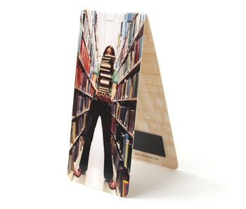 Marcapaginas magnético, niña con libros