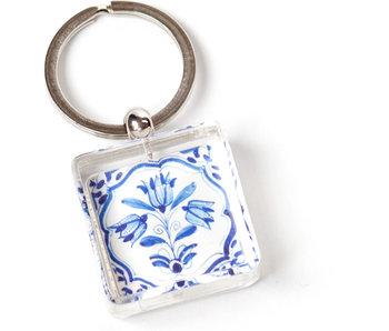 Porte-clés dans une boîte cadeau, tuile bleue de Delft, trois tulipes bleues