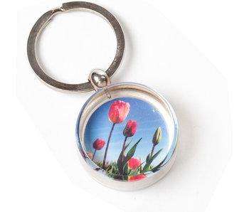 Porte-clés dans une boîte cadeau, champ avec des tulipes, photo
