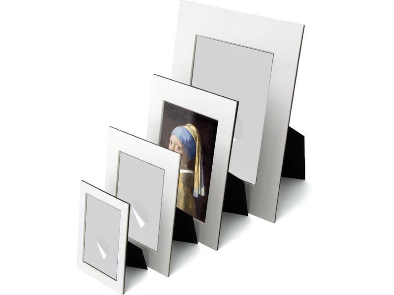 Passe-partout, L,  29,7 x 21 cm, Fille avec une boucle d'oreille en perle