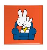 Kühlschrankmagnet, Miffy sitzt auf einem Stuhl