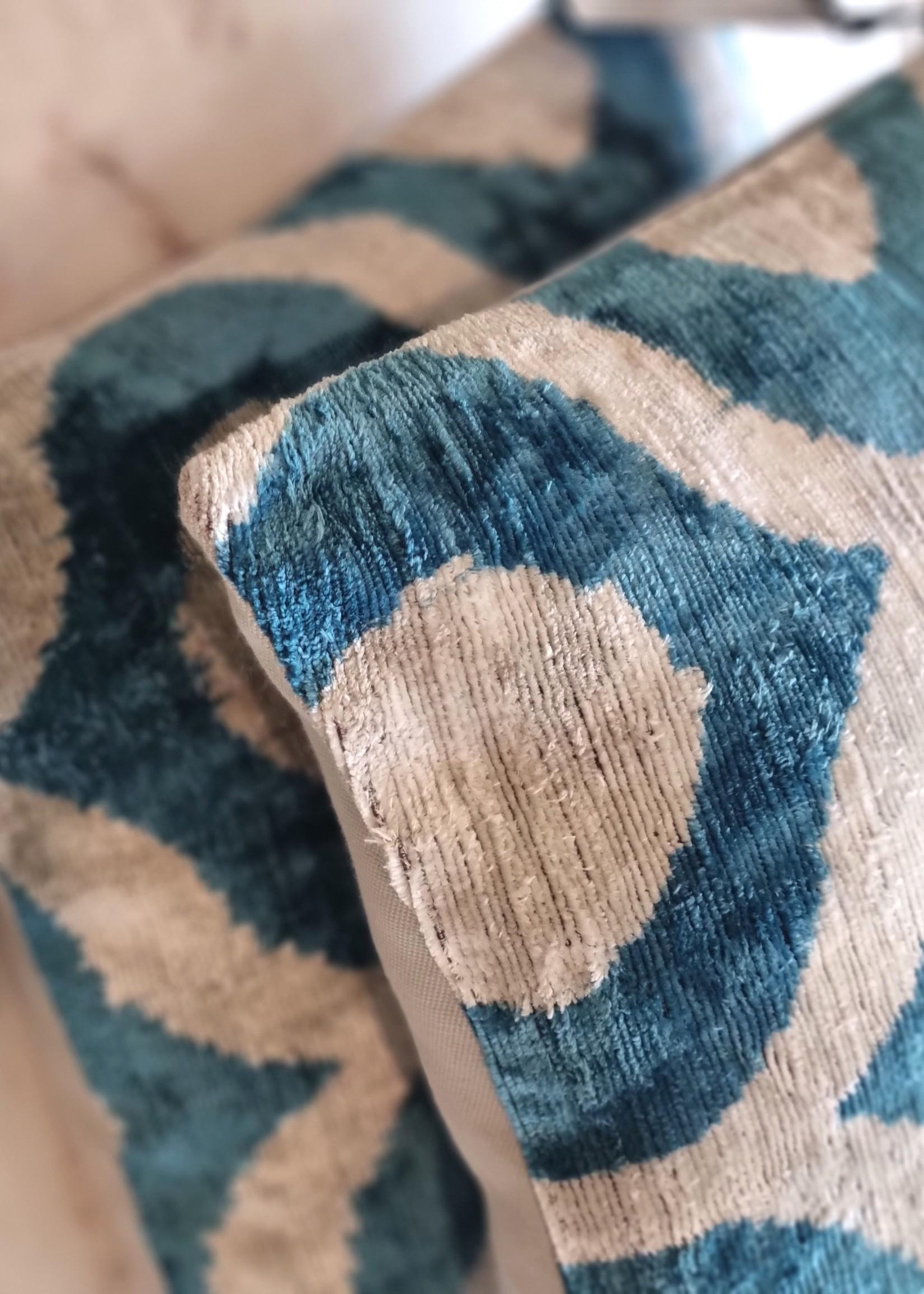 Ikat zijde velours kussen Blue Wave 40 x 40 cm