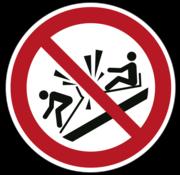Verboden tegen de slee te botsen