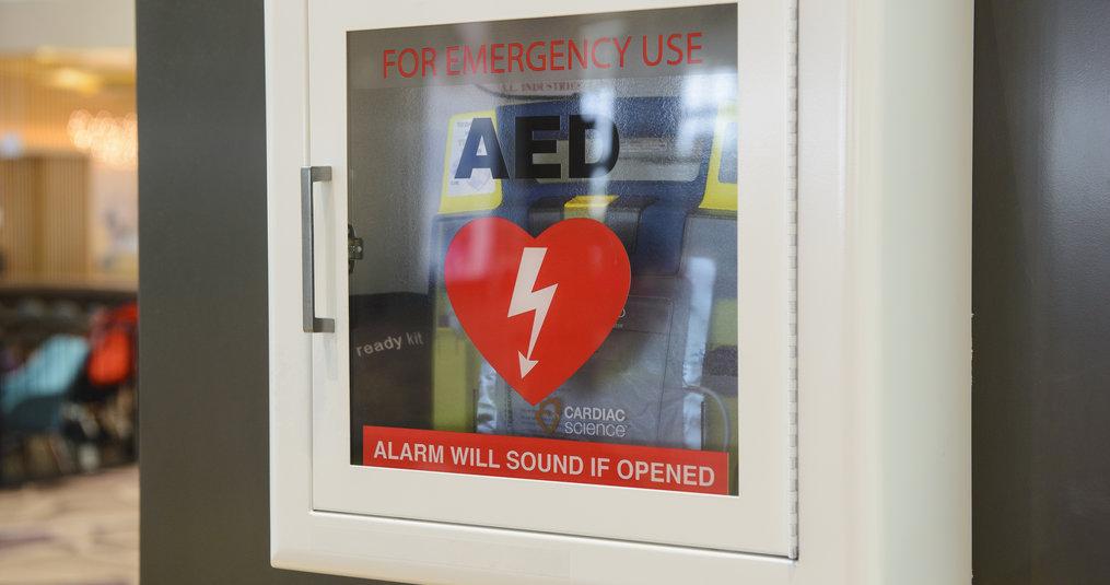 Waar hangt een AED?