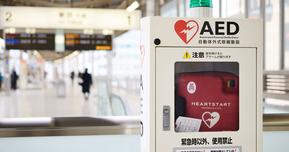 Wie mag een AED aansluiten bij een slachtoffer?