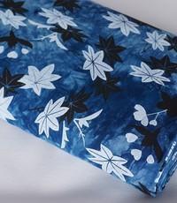 tye and dye blauw lichte en donkere bloemen