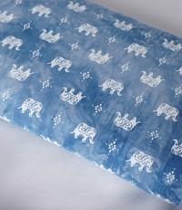 tye and dye blauw met witte olifant