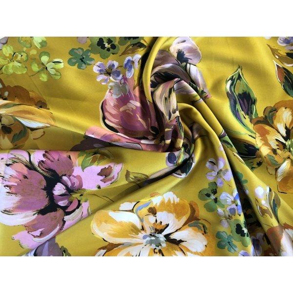 Satijn met grote bloemen geel