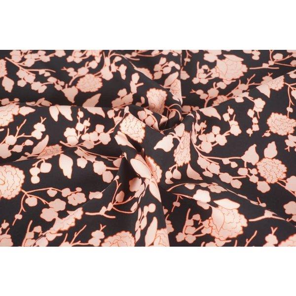 Zalmrose bloem op zwart