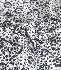 Zwart wit crepe bloemetje