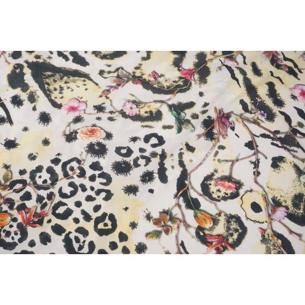 Polyester stof met een dierenprint en bloemen