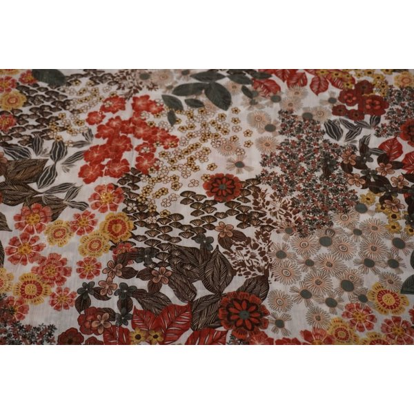 Viscose stof in een witte ondergrond met bloemen en lurex