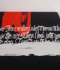 Tricot met paneel en tekst zwart-wit-rood