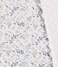 Gewatterde stof met dessin van blauwe blaadjes