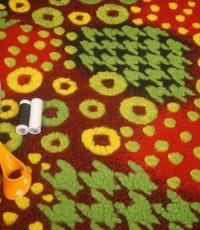 Gekookte wol rood met groen en geel reliëf