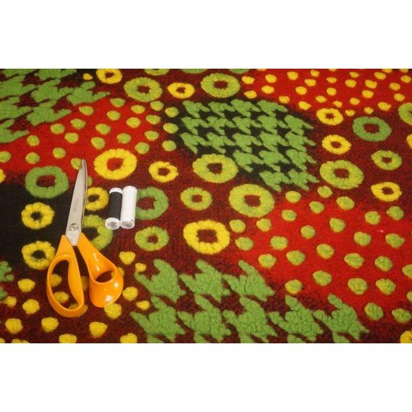 Gekookte wollen stof rood met groen en geel reliëf