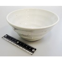 Witte kom met ribbelstructuur en spikkelpatroon, 12,5 cm