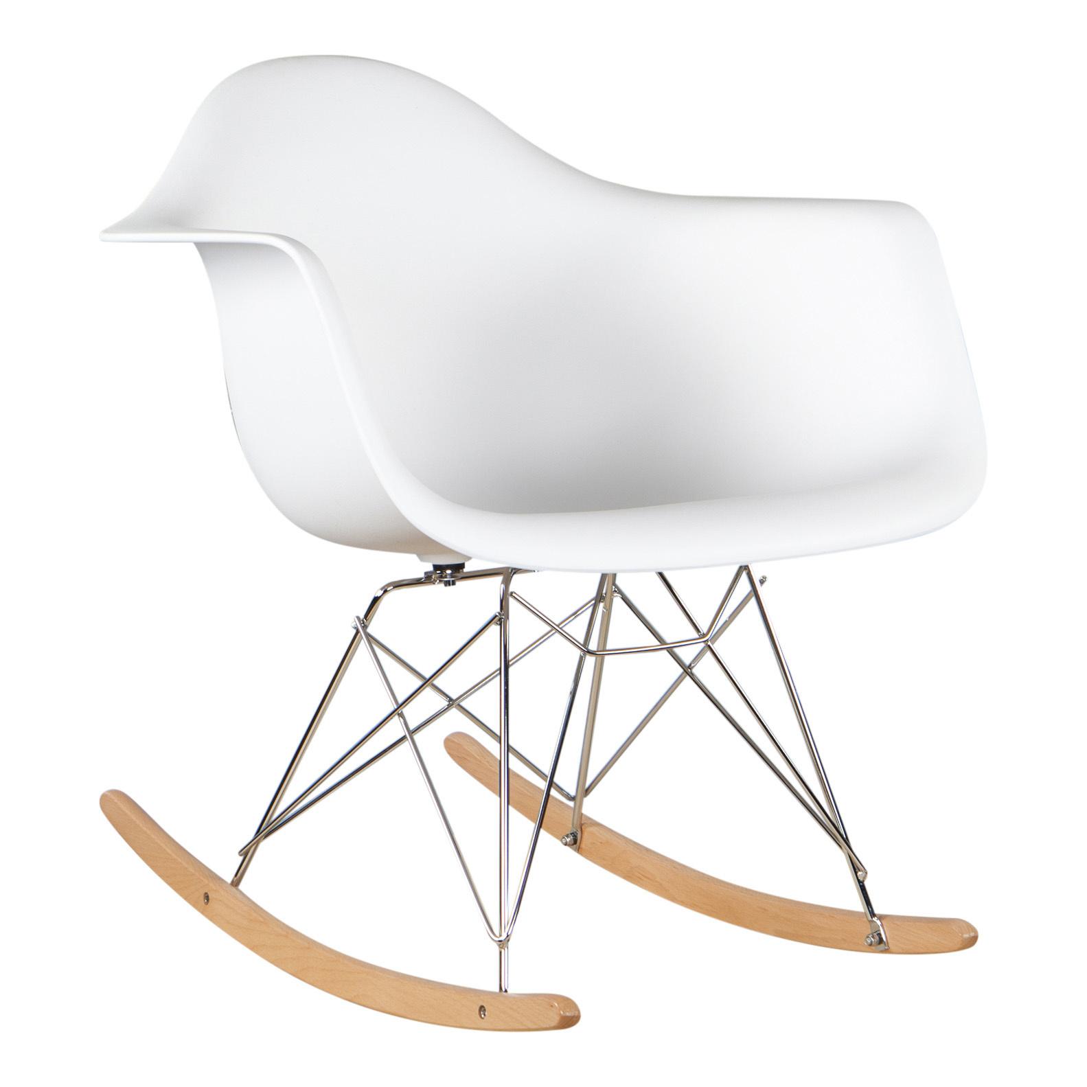 Heerlijk schommelen in de eames rar schommelstoel. deze stoel is bijvoorbeeld super leuk op de babykamer. ...