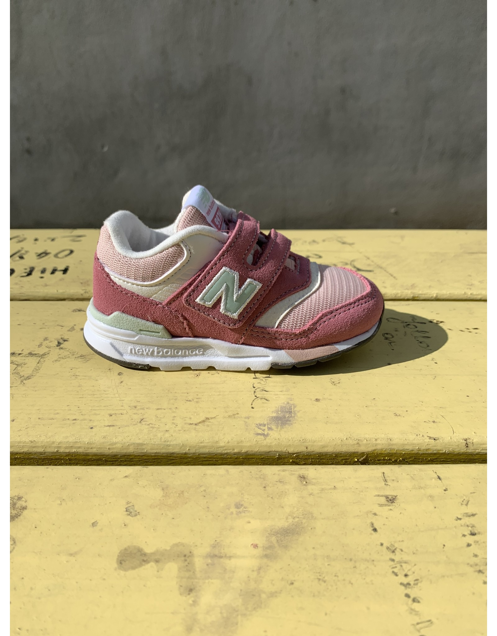 New Balance Roze Sneaker NB997H