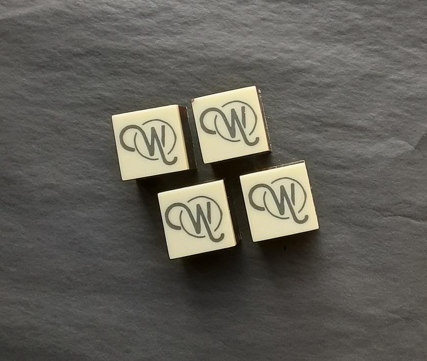 ambachtelijk vervaardigd in eigen atelier Pralines kubus met opdruk, set 15 stuks