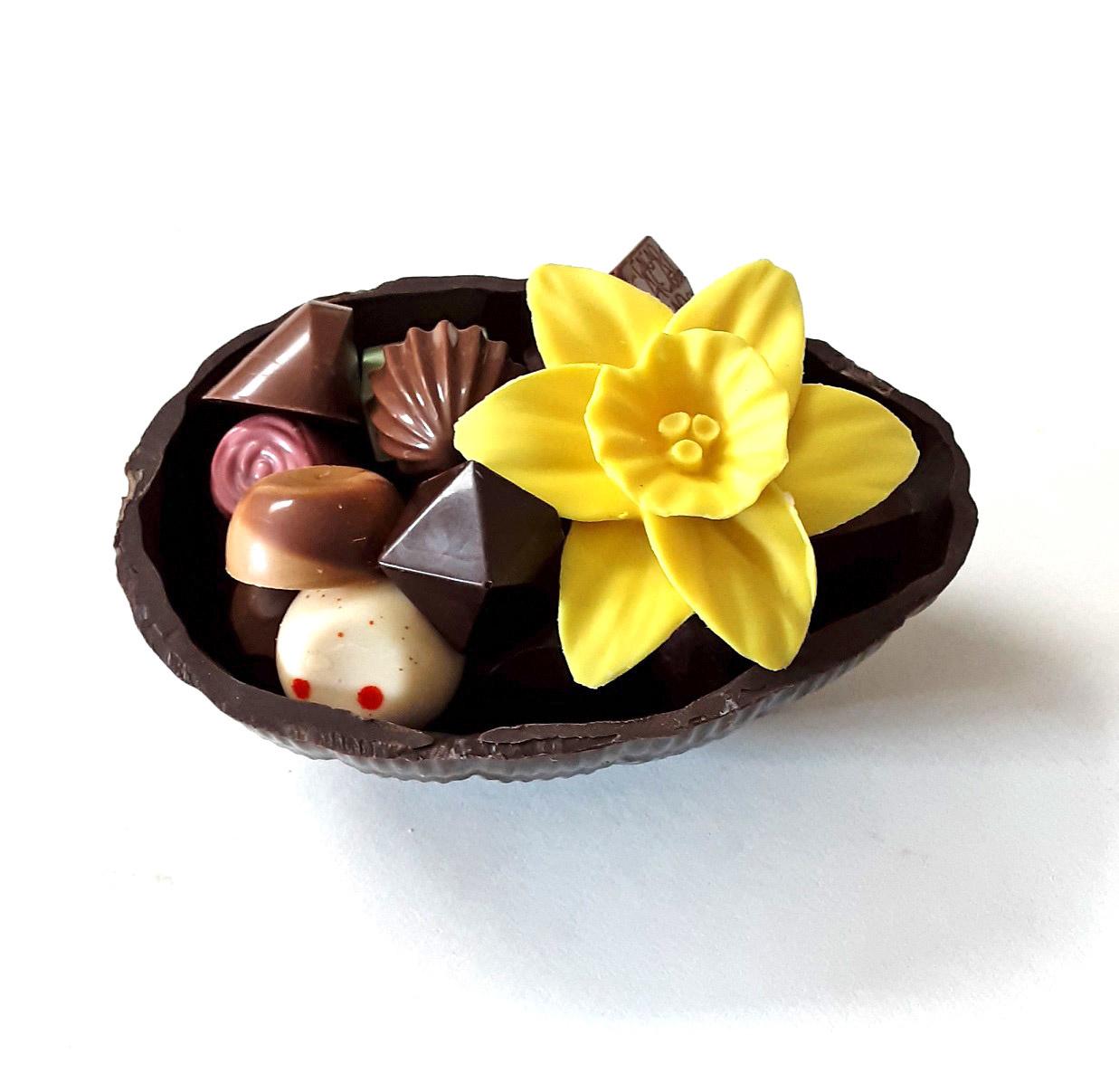 ambachtelijk vervaardigd in eigen atelier Een halve ei gevuld met pralines