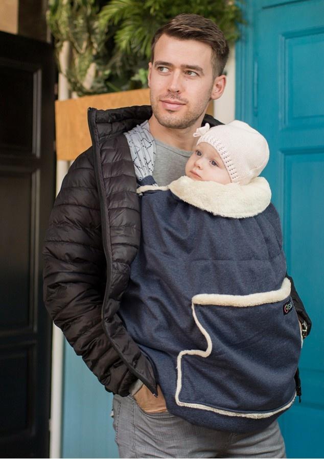 Man met baby in donkerblauwe draagcover