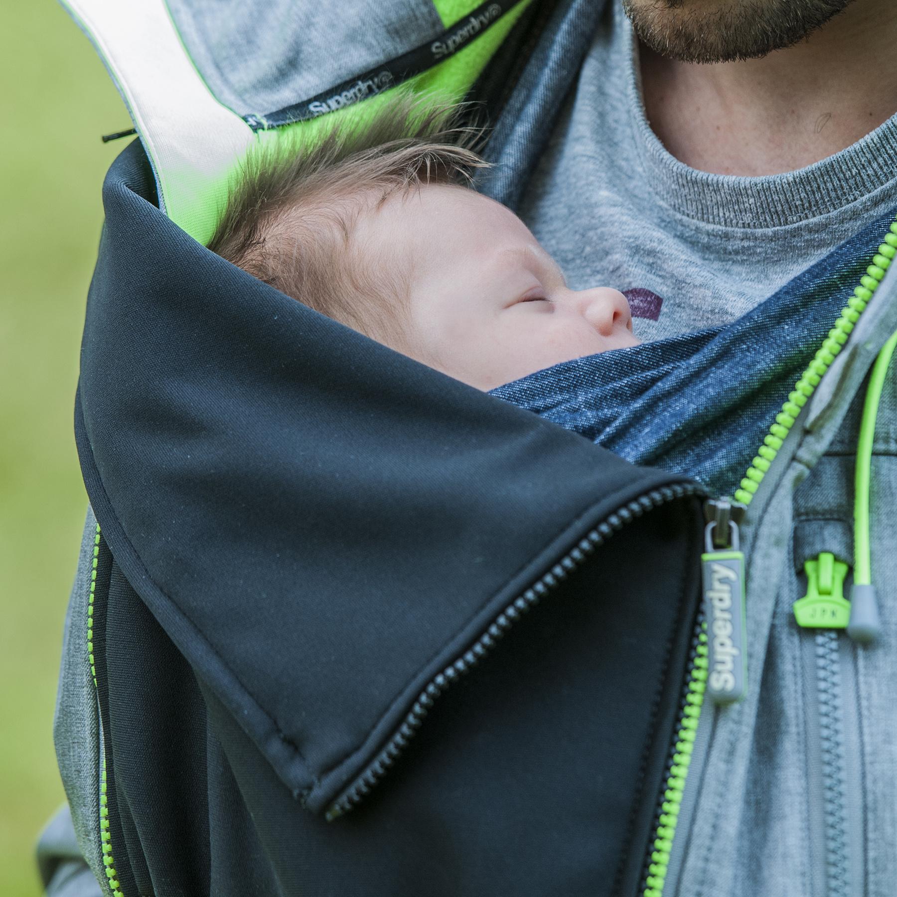 Baby gedragen onder een jasverbreder