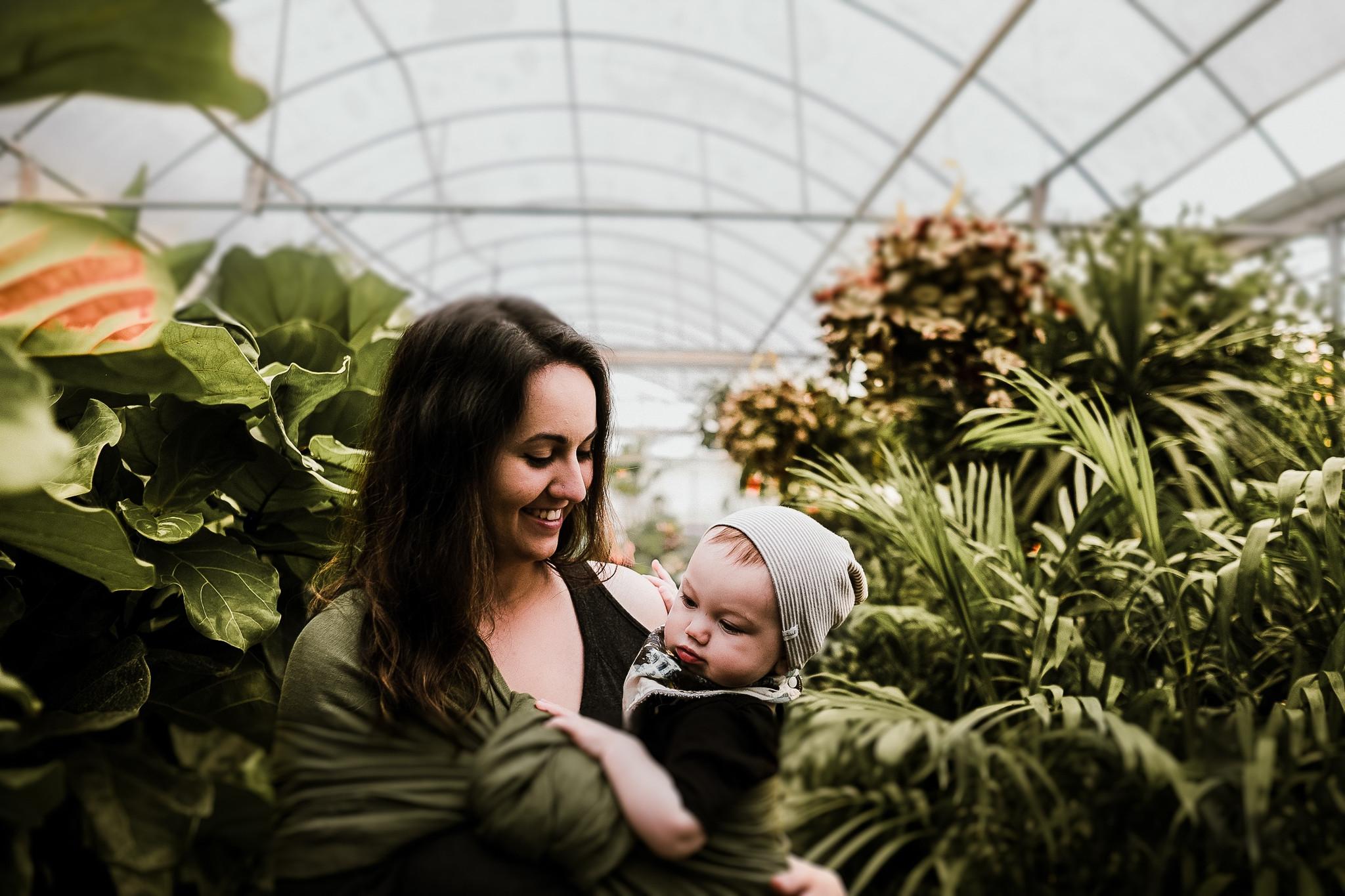 Moeder met baby in een tuin